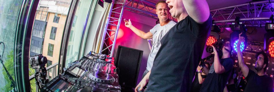Armin van Buuren en Hardwell draaien voor AMF op de Dam_binnen - Fotocredits: Amsterdam Music Festival (Persbericht ALDA Events)