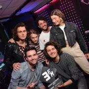 Rondé krijgt de allereerste 3FM Award van 2018 uit handen van 3FM-dj Domien Verschuuren. Credits- NPO 3FM. Bron: persbericht 3FM
