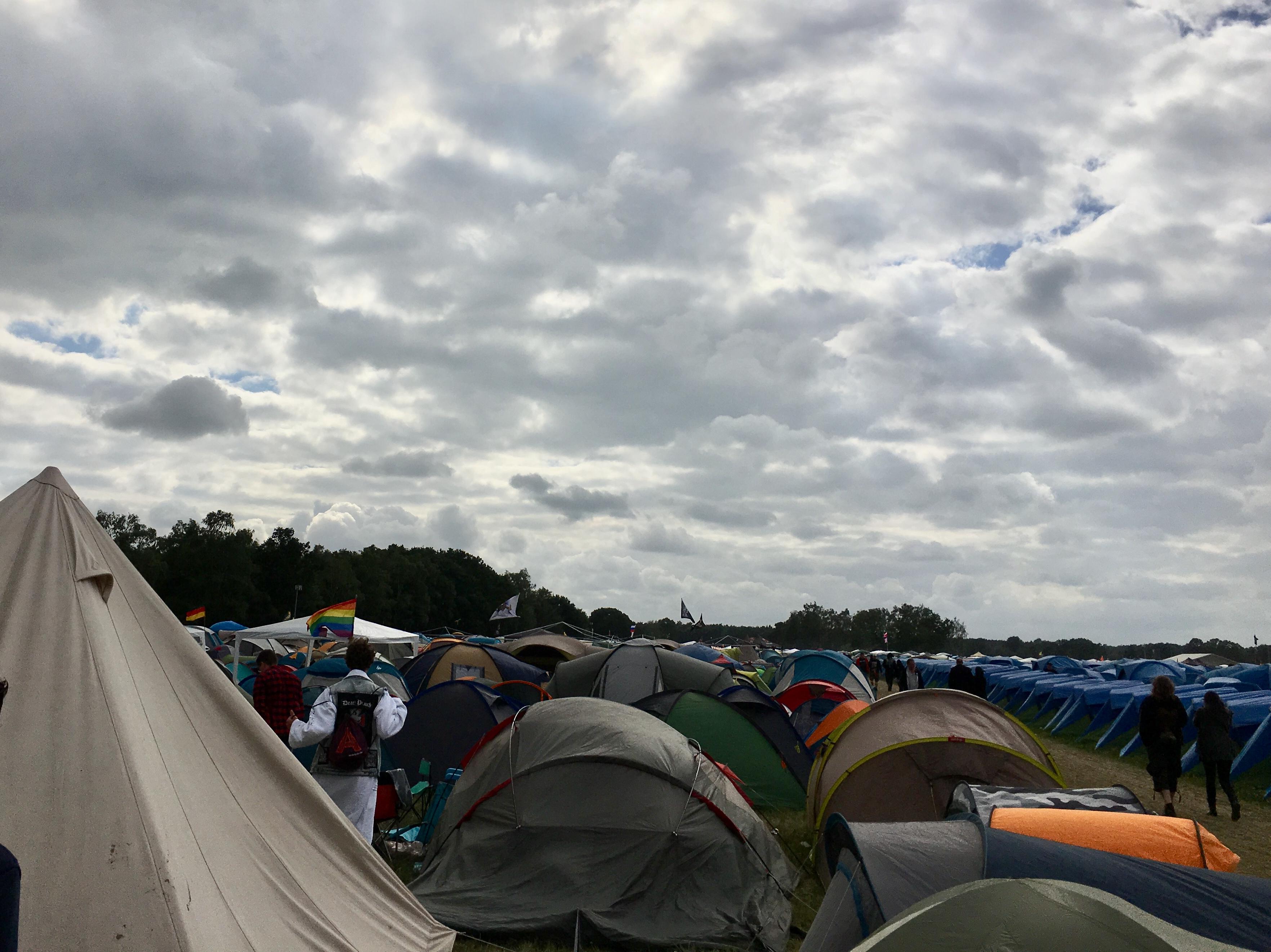 Donkere wolken pakken zich samen boven een overvalle Graspop-camping - Foto: Robin de Roode (Artiesten Nieuws)