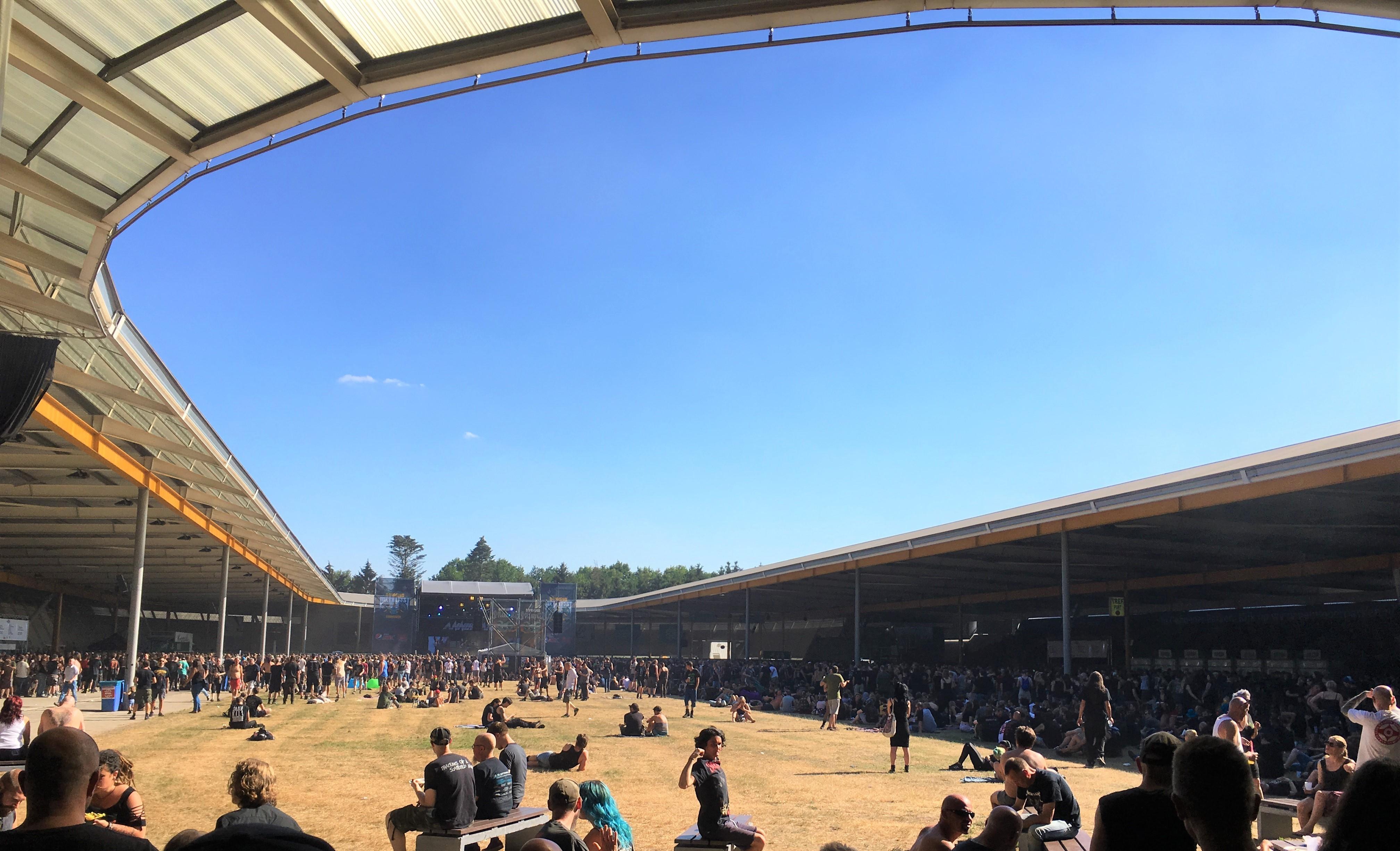 Het publiek van Dynamo Metal Fest zoekt de schaduw op - Foto: Robin de Roode (Artiesten Nieuws)