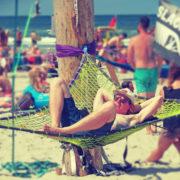 Fotoreportage MadNes festival 2018: Bekijk hier de foto's van de 11e editie van MadNes Festival op strand Nes, Ameland. Fotograaf: Djuna Vaesen, slackline, zonnen, MadNes Festival 2018 - Fotocredits Djuna Vaesen (ArtiestenNieuws)