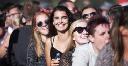 festivalseizoen, Vliegende Vrienden van Amstel LIVE!, Festivalpubliek tijdens Vliegende Vrienden 2018 - Fotocredits Shali Blok - ArtiestenNieuws