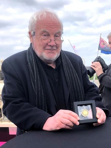 Jan Smeets met de eerste Pinkpop jubileummunt - Foto: Sam Reneerkens (Artiesten Nieuws)
