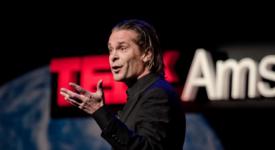 Hans Teeuwen - Foto: TEDxAmsterdam [CC BY-SA (https://creativecommons.org/licenses/by-sa/2.0)]